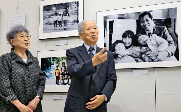 横田滋さん(右)は家族会代表として拉致被害者救出運動の先頭に立ってきた(2015年9月)=共同