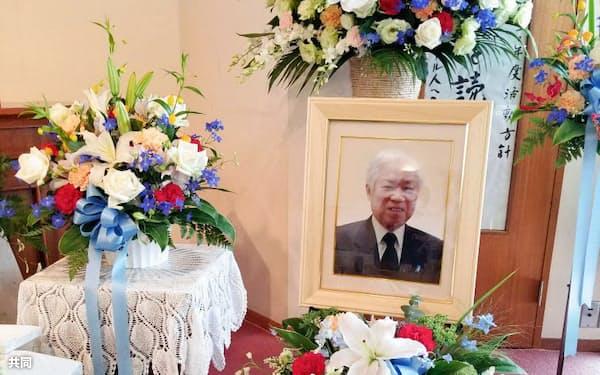 教会内に設置された祭壇に置かれた横田滋さんの遺影(8日、川崎市、横田拓也さん提供)=共同