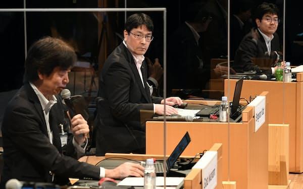 討論する(右から)総務省の五十嵐大和・新世代移動通信システム推進室長、NTT東日本の加藤成晴理事・ビジネス開発本部第三部門長、インフォシティの岩浪剛太社長。楽天モバイルのタレック・アミン副社長兼CTOはオンラインでの参加(8日、東京・大手町)