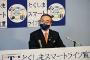 6月補正予算案を発表する徳島県の飯泉知事(8日、徳島市)