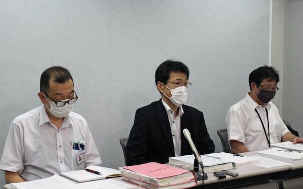 提訴後、記者会見する泉佐野市の道下栄次参与(中央)ら(大阪市、8日)