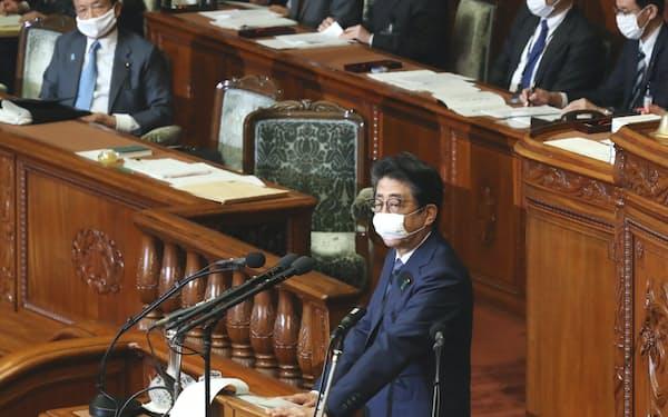 衆院本会議で答弁する安倍首相(8日)