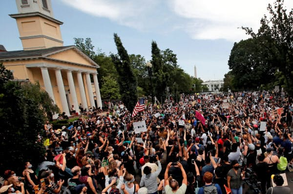 連日の抗議デモもあり米国の人出は増えている(5日、ワシントン)=ロイター