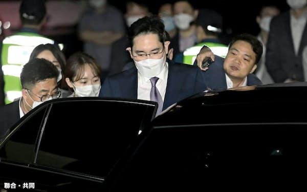 9日、検察の逮捕状請求が棄却され、待機していた韓国・京畿道のソウル拘置所を出て車に乗り込む李在鎔サムスン電子副会長(手前)=聯合・共同