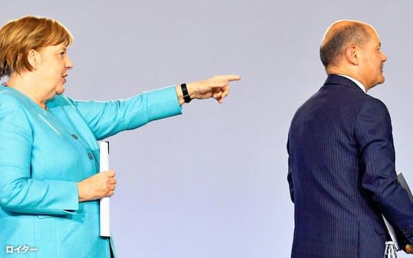 景気対策を発表したドイツのメルケル首相(左)とショルツ財務相=ロイター