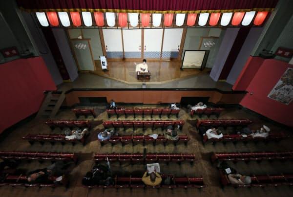 客席の間隔を空けて再開した寄席(1日、東京都台東区の浅草演芸ホール)