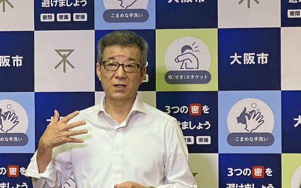 取材に応じる大阪市の松井一郎市長(9日、大阪市役所)
