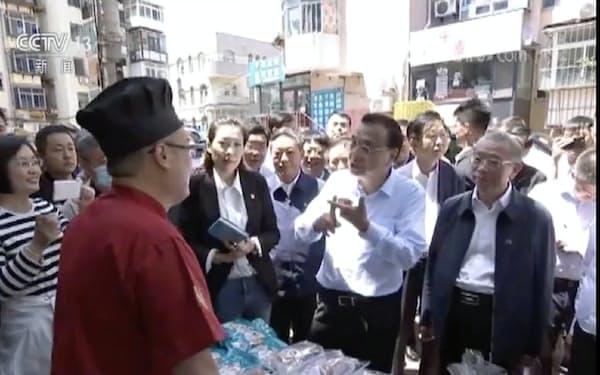 1日、山東省の街の露店を視察する李克強首相(国営中央テレビの映像から)