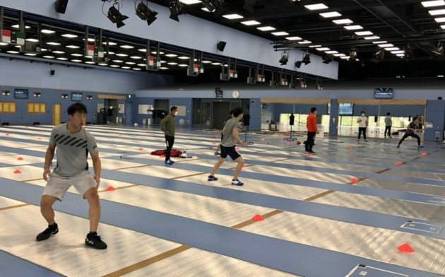 距離を取って再開された、フェンシング日本代表の練習(2日、東京・北区の味の素ナショナルトレーニングセンター)=日本フェンシング協会提供