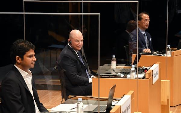討論する(左から)GEデジタル日本代表のラジェーンドラ・マヨラン氏、米シスコシステムズ日本法人のデイヴ・ウェスト代表執行役員社長、ソースネクストの松田憲幸社長。米インテル日本法人の鈴木国正社長はオンラインで参加(9日、東京・大手町)