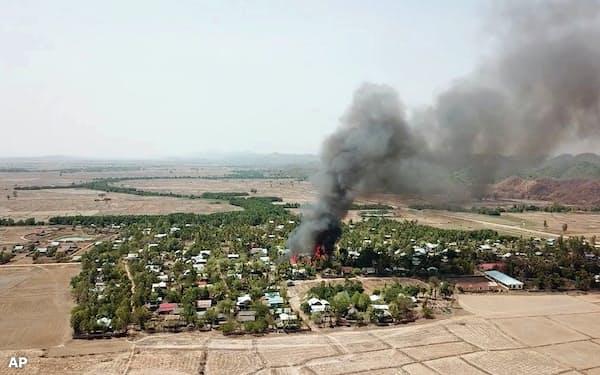 5月16日、アラカン軍と国軍の衝突で炎上するラカイン州の村(ミャンマー国軍提供)=AP