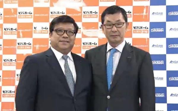 オンライン共同記者会見に登壇したLIXILビバの渡辺修社長兼CEO(左)と、アークランドサカモトの坂本勝司会長兼CEO(9日)