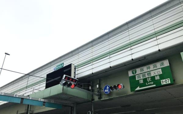 新型コロナの影響で高速道路の通行量が大きく減っている(大阪市)