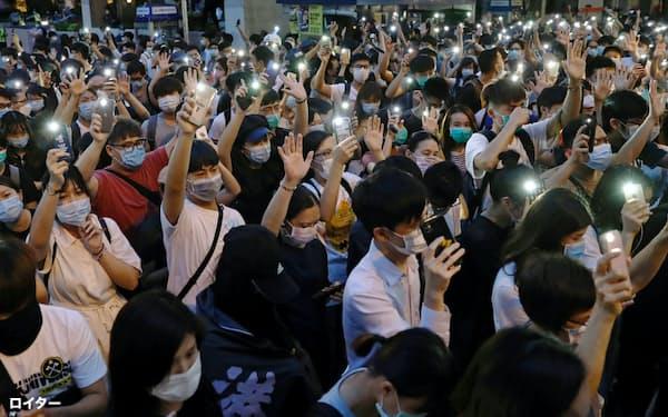 9日夜、香港島中心部に集まった若者たち=ロイター