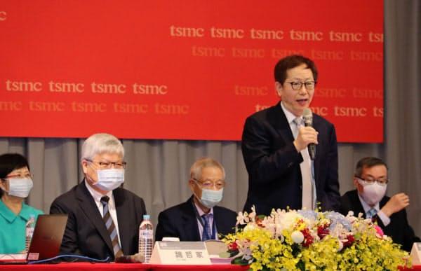 TSMCの劉董事長(右)は米中摩擦への備えを急ぐ(9日、台湾・新竹での株主総会)