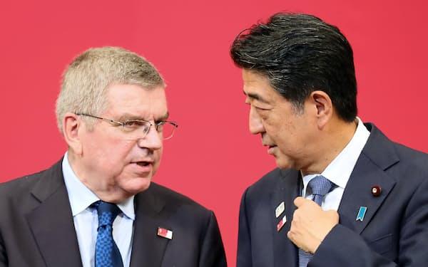 五輪関連のセレモニーで並ぶ安倍首相とIOCのバッハ会長(2019年7月、東京都千代田区)
