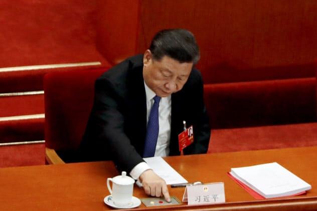 香港国家安全法の制定手続きが本格化する(5月28日、同法の導入に票を投じる習主席)=ロイター