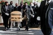 テキサス州ヒューストンの葬儀会場に運ばれるフロイドさんのひつぎ(9日)=ロイター