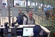 19年12月30日、イスタンブール空港の防犯カメラに写るマイケル・テイラー容疑者(中央)=AP