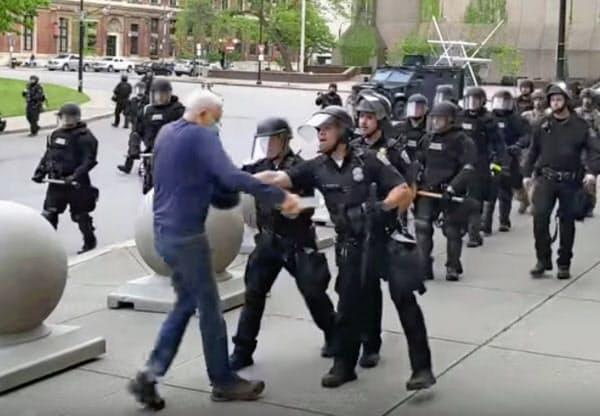ニューヨーク州バッファローで警官に突き飛ばされるデモ参加者(4日、地元放送局撮影の映像)=AP