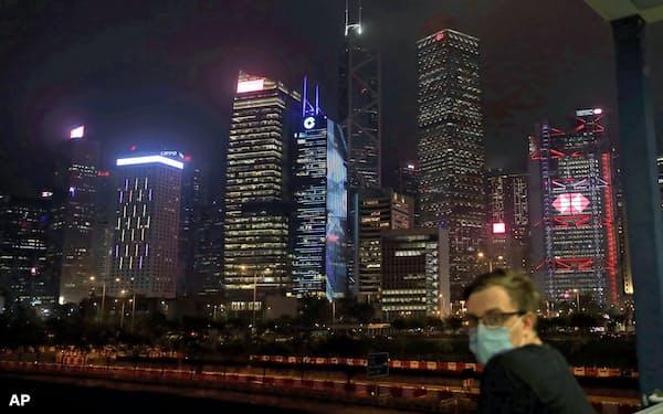 香港はヘッジファンドの進出先としてアジア最大(5月、ビジネス街の夜景)=AP