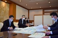 村井知事(左)は佐藤局長(右)に「予算の確保に向けて配慮を」と求めた(10日、宮城県庁)