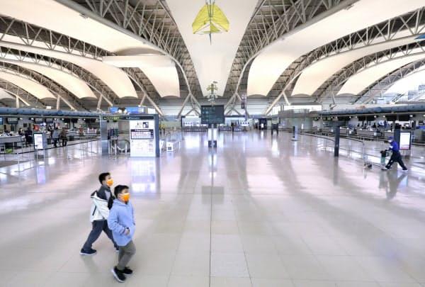 閑散とする関西国際空港の出発ロビー(3月)