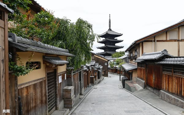 閑散とする京都市の観光スポット「八坂の塔」周辺(5月22日、京都市)=共同