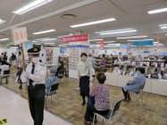 中元特設会場で担当者らの誘導で購入手続きを待つ顧客ら(岡山高島屋)