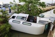 佐賀市川副町早津江の県道脇の水路に転落した車(10日)