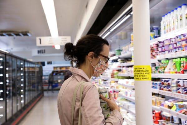 5月の米消費者物価のうち食品価格は0.7%上昇した(スーパーで買い物をする消費者、米ニューヨーク州)