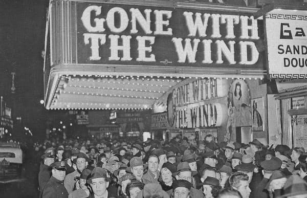 映画「風と共に去りぬ」を上映した米ニューヨークの映画館(1939年12月)=AP