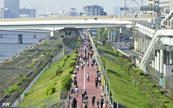 緊急事態宣言下でも大勢の人がジョギングやサイクリングを楽しんでいた=共同
