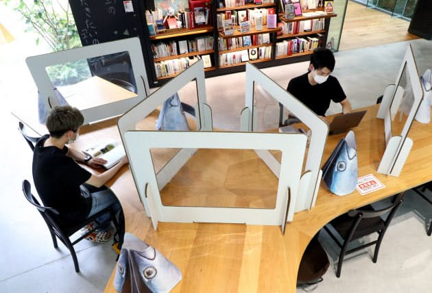 近畿大学東大阪キャンパスの図書エリアに設置された飛沫感染対策ボード(9日)