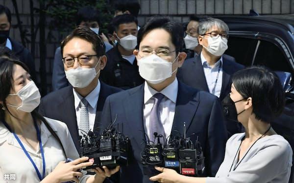 8日、ソウル中央地裁に出頭する李在鎔サムスン電子副会長=共同