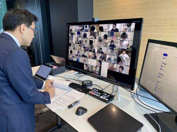 名古屋商科大が導入した遠隔試験では、教員がモニターで学生の様子を確認する(名古屋市中区)