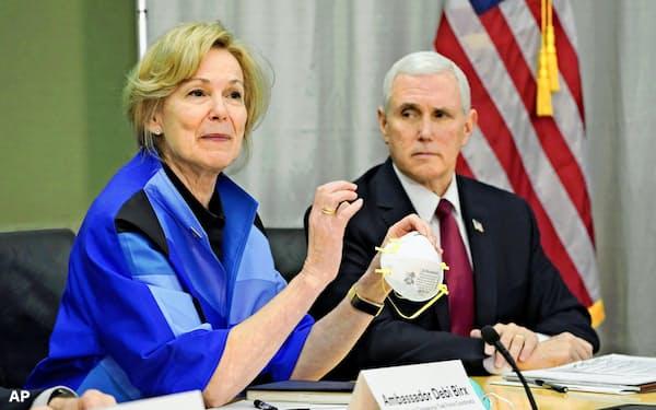 米国は州政府などを通じて3Mのマスクを調達している(3月、マスクを製造する米3Mの本社を訪れたペンス副大統領(右)ら)=AP