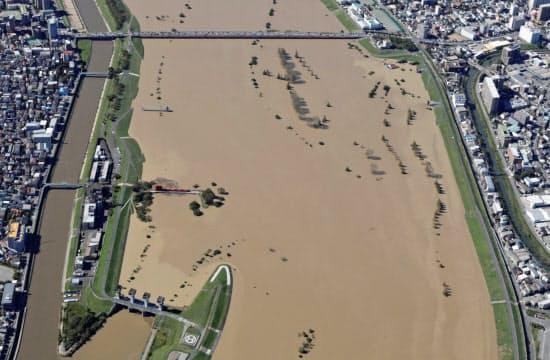 2019年10月の台風19号時の岩淵水門(左下)。ゲートが閉じられている=同事務所提供