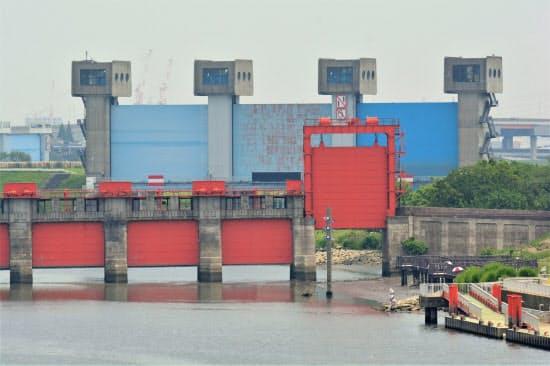 奥の岩淵水門から隅田川が始まる。手前は稼働を終えた旧水門(東京都北区)