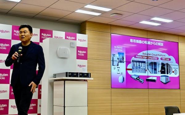 完全仮想化ネットワークについて説明する楽天モバイルの三木谷浩史会長兼最高経営責任者(CEO)