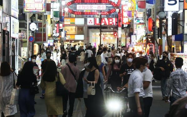 多くの人が行き交う繁華街(2日夜、東京都新宿区)