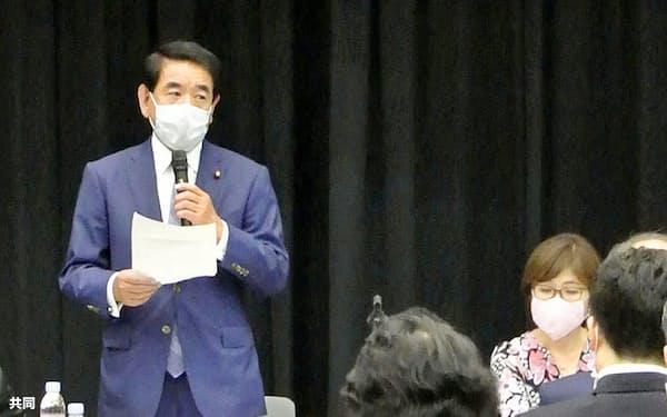 「新たな国家ビジョンを考える議員連盟」の設立総会であいさつする自民党の下村博文選対委員長。右は稲田朋美幹事長代行(11日午後、国会)=共同