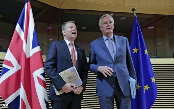 英のフロスト首相顧問(左)とEUのバルニエ首席交渉官らによる過去4回の交渉では膠着が続く(3月2日、ブリュッセル)=AP