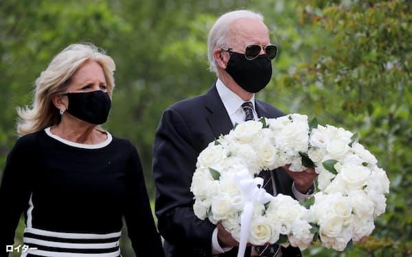 黒いマスク姿で約2カ月ぶりに公の場に姿を現したバイデン氏=ロイター