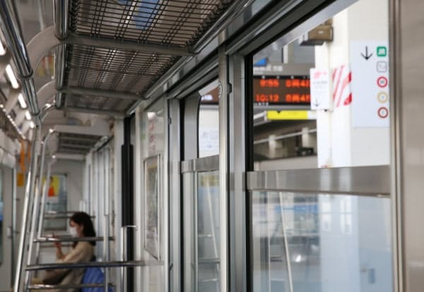 換気のため窓を開けて運行する西武池袋線(9日、東京都豊島区)