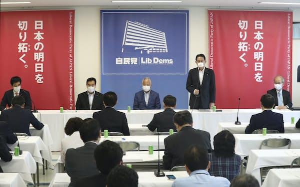 自民党本部で開かれた新国際秩序創造戦略本部の初会合。中央右はあいさつする岸田政調会長(4日)