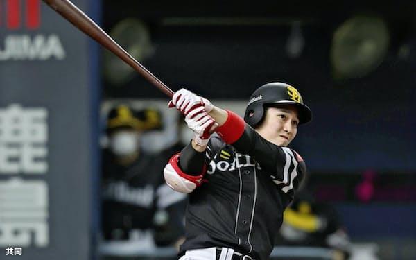 捕手が本職の栗原だが、首脳陣は打撃力も買っている。一塁手で起用もありそうだ=共同