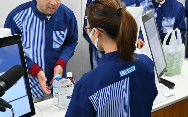 接客の研修を受ける外国籍のコンビニ従業員