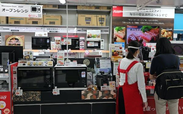 調理家電の売り場には高級家電がずらりと並ぶ(東京都千代田区のビックカメラ有楽町店)