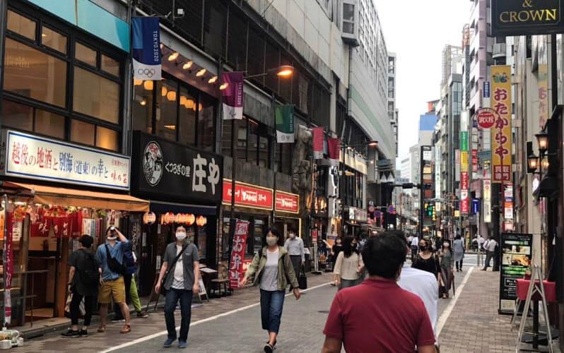 多くの飲食店が集まる神田駅前もにぎわいを取り戻しつつある(12日、東京・千代田)